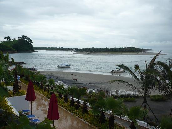 Royal Decameron Mompiche: Playa e isla de fondo