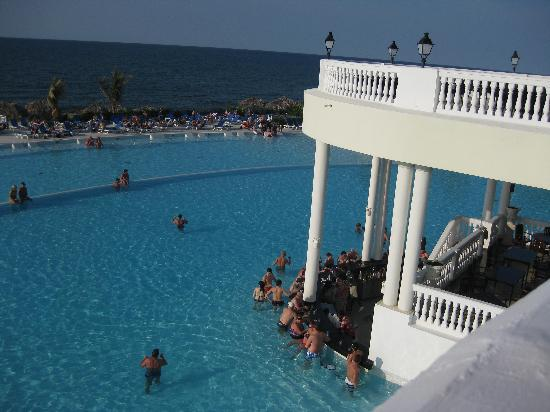 Grand Palladium Jamaica Resort & Spa: pic from upper level looking at swim up bar