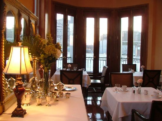 Grand Center Inn: Our Sunny Breakfast Room