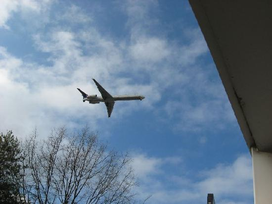 Days Inn & Suites/College Park/Atlanta/Airport West: Very close to overhead planes