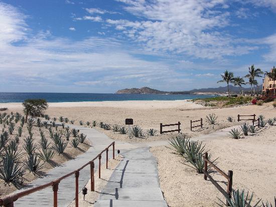 Casa del Mar Golf Resort & Spa: Walkway from lobby to adult/beach pool