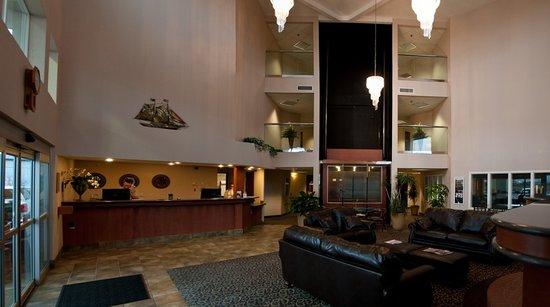 Garibaldi House Inn & Suites: Grand Three Story Lobby with Glass Elevator