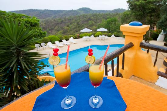 Mantaraya Lodge: drinks on the balcony