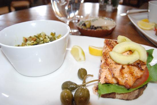 Auberge du Soleil Restaurant: salmon with pasta salad