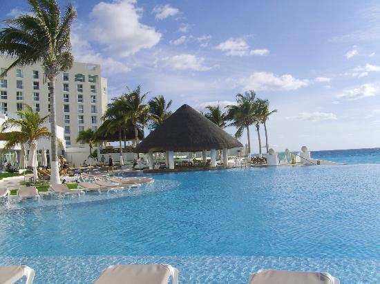 Le Blanc Spa Resort: Main Pool and Swim-up Bar