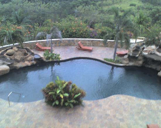 Clarion Suites Roatan at Pineapple Villas: Una de las 3 piscinas del hotel.