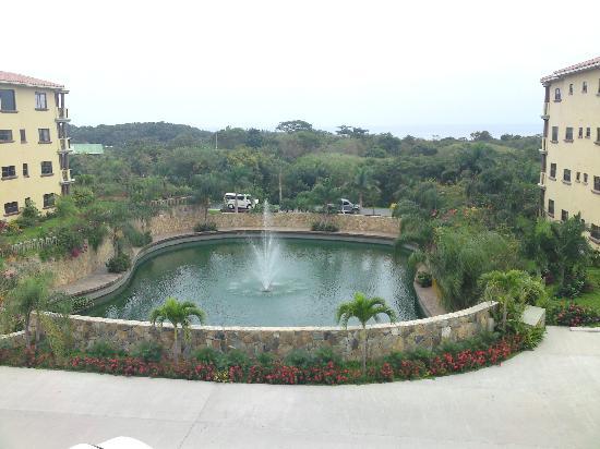 Clarion Suites Roatan at Pineapple Villas: El Lago del hotel.