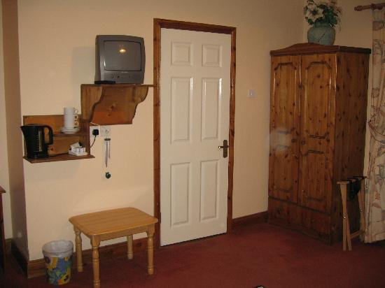 Woodlawn House Killarney: Bedroom (door goes to the bathroom)