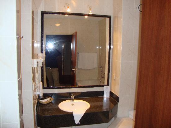 Van der Valk Hotel Groningen Westerbroek: Clean modern bathroom