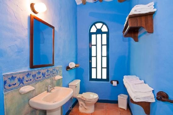 Mantaraya Lodge: Spacious and well equipped bathrooms