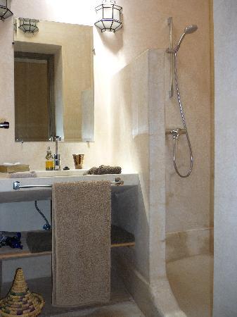 Riad Dar More: baño