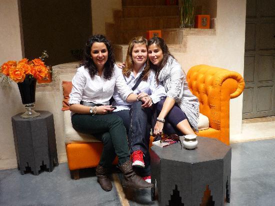 Riad Dar More: Ana, Macu y Maria en el patio