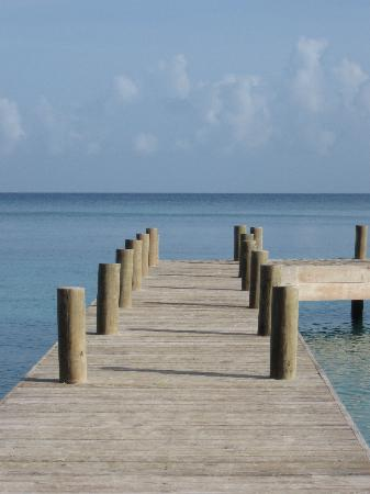 Henry Morgan Beach Resort: pontile sulla spiaggia dell'hotel
