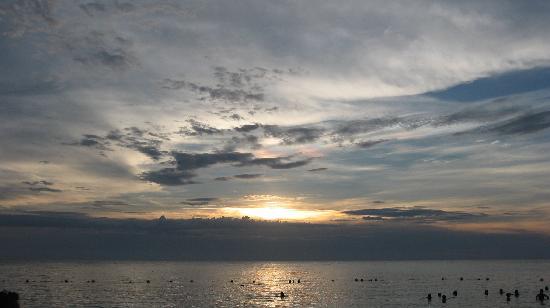 Henry Morgan Beach Resort: tramonto sulla spiaggia