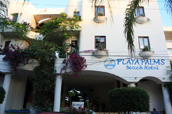Playa Palms Beach Hotel: View of Playa Palms from the street