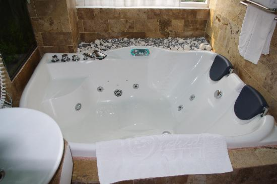 ORCHID HOTEL: Jacuzzi Tub