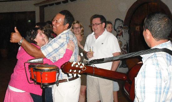 Hotel Roc Arenas Doradas: Staff and Guests enjoying each other