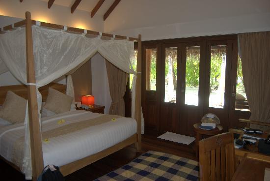 Medhufushi Island Resort: room and bed