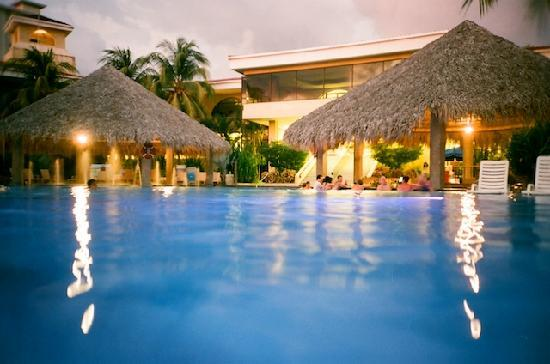 Flamingo Beach Resort And Spa: Pool 1