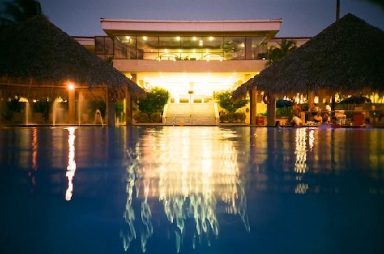 Flamingo Beach Resort And Spa: Pool at night