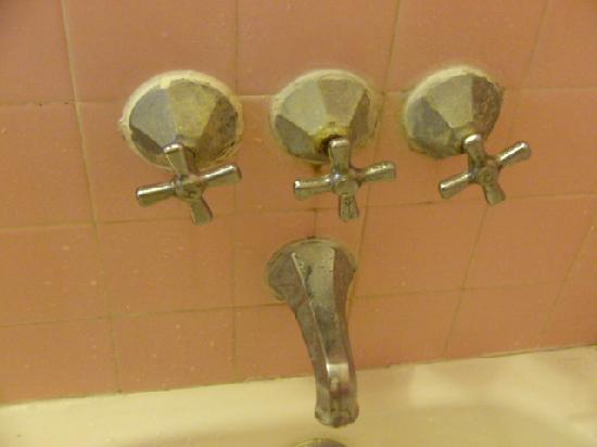 Sea Beach Plaza: corrosion around faucets