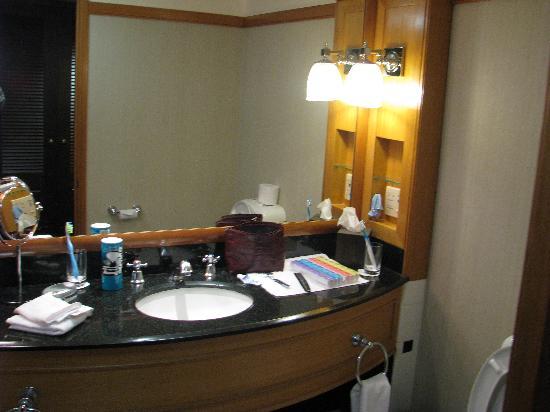 Cordis, Auckland: Bathroom sink with amenities