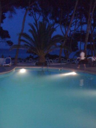 Cala Ratjada, Spania: Une dernière photo pour le fun de la piscine du Pinos Park by night... C'est beau hein???
