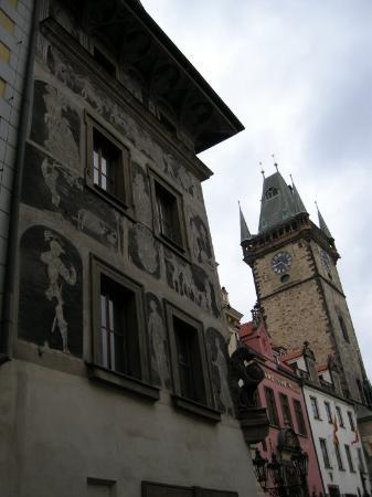 Gamlebyens rådhus med det astronomiske uret: Particolare del muro di una casa a fianco della torre dell'orologio