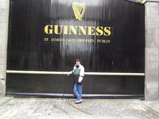 Guinness Storehouse: Me at the Guinness Brewery....Ummm BEER!