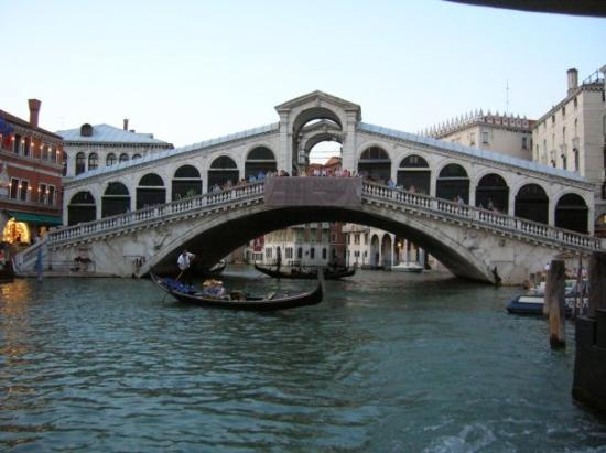 Mercati di Rialto: Rialto bridge... it's way bigger than it looks, it's lined  with some neat shops...