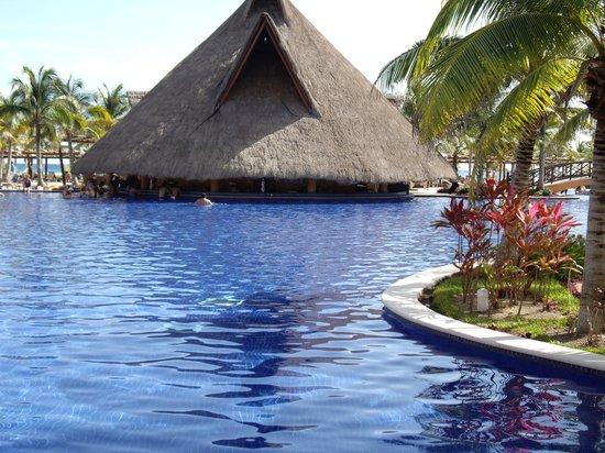 Barcelo Maya Beach: bar dans la piscine