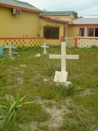 Belize by, Belize: Strange beachside cemetery