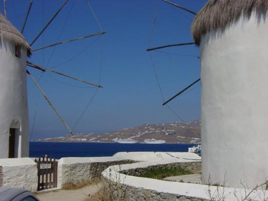 Mykonos by, Hellas: Old windmill on the town quay with a view over the harbour