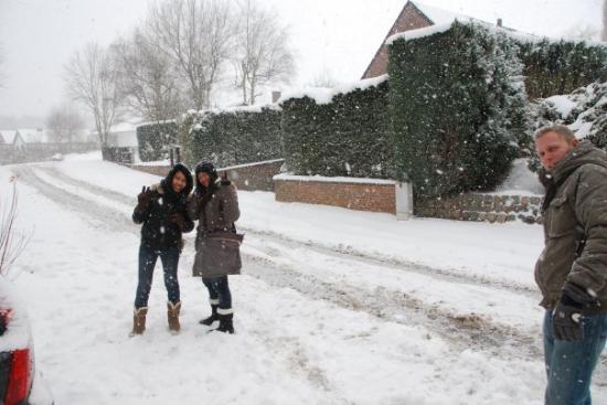 Overijse, Belgia: กะลังจะไปเล่นหิมะข้างนอกกัน