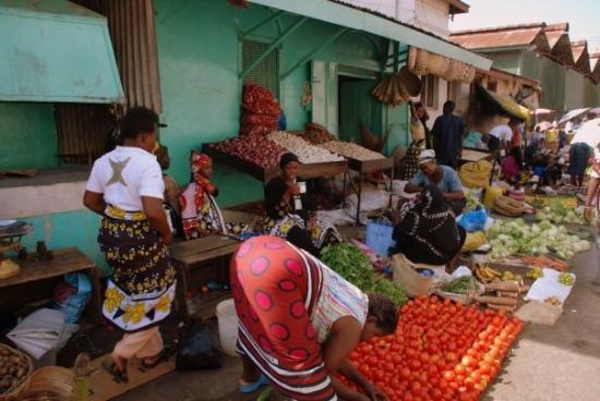 Mombasa, Kenya: Typical fruit market