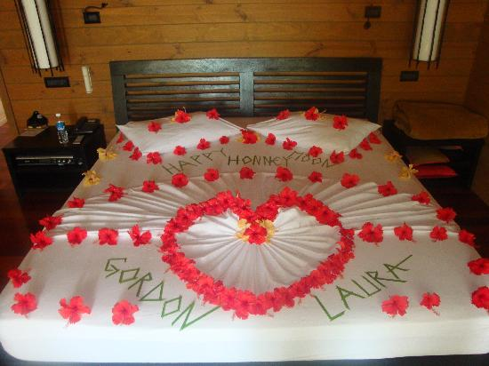 Meeru Island Resort & Spa: Our bed with flowers