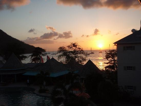 Bay Gardens Beach Resort: Sunset from our balcony
