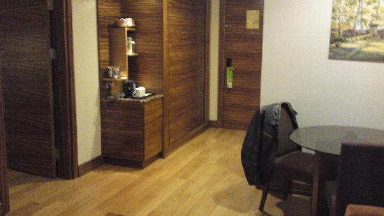 Holiday Inn Istanbul-Sisli: Entrance with second bathroom on the right