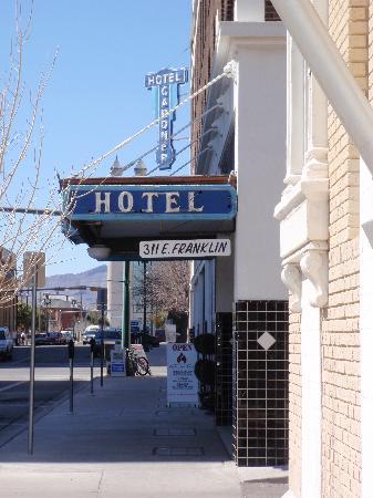 Gardner Hotel: sidewalk view