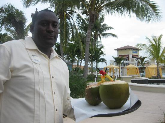 Sandals Emerald Bay Golf, Tennis and Spa Resort: Butler with cocunut drinks
