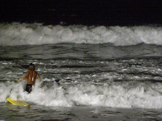 Roca Sunzal Hotel & Restaurant: Surfers at night