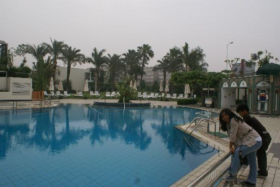 Mercure Cairo Le Sphinx: early morning (6am) at the outdoor pool at Le Sphinx
