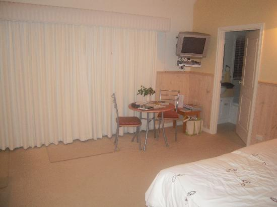 Paradise Gardens Cottages: Plum Tree Bedsit Bedroom