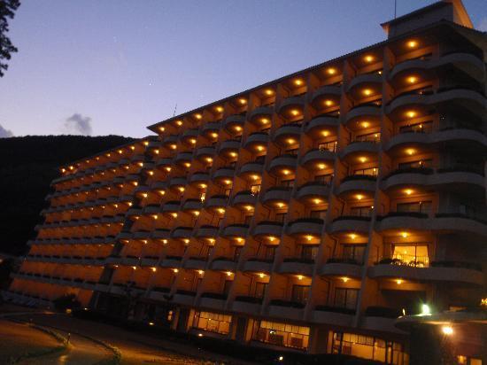 Izu-Imaihama Tokyu Hotel: 夕焼け風景の外観です。タイマツも燃えてロマンチィク