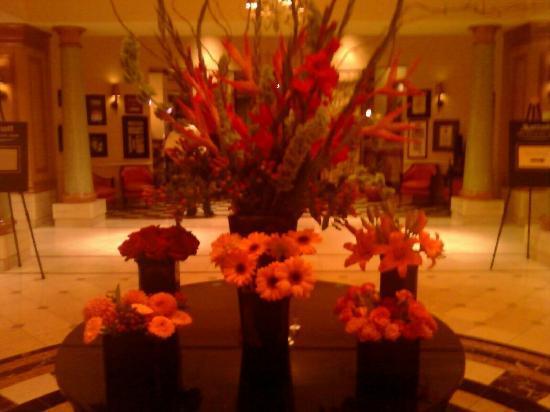 San Diego Marriott Del Mar: floral arangments inside the lobby doors