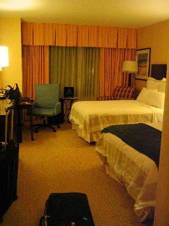 San Diego Marriott Del Mar: beds-- weird, only one throw