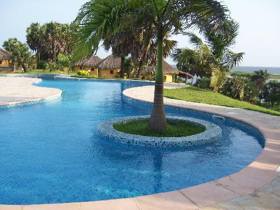 Malonda Lodge: Swimming pool with view over the ocean