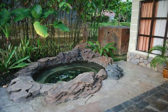 Sungkai, Malasia: Outdoor whirlpool - water sourced from springs