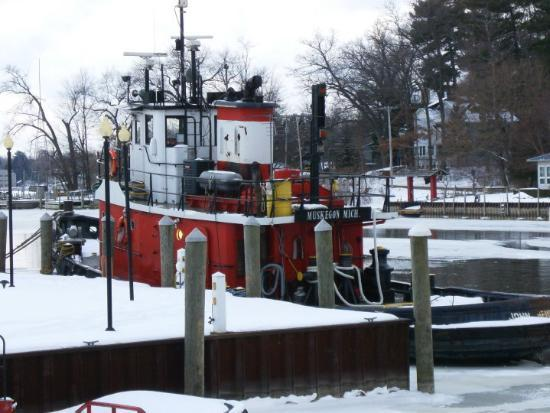 เสากาตัค, มิชิแกน: Ice Cutter Muskegon outside our room at the Bayside Inn - Saugatuck, MI