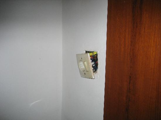Champlung Mas Hotel: De kamer, één stopcontact hing los uit de muur, de vloer was vies en plakkerig.